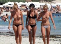 Femmes bronzant seins nus sur la plage (14)