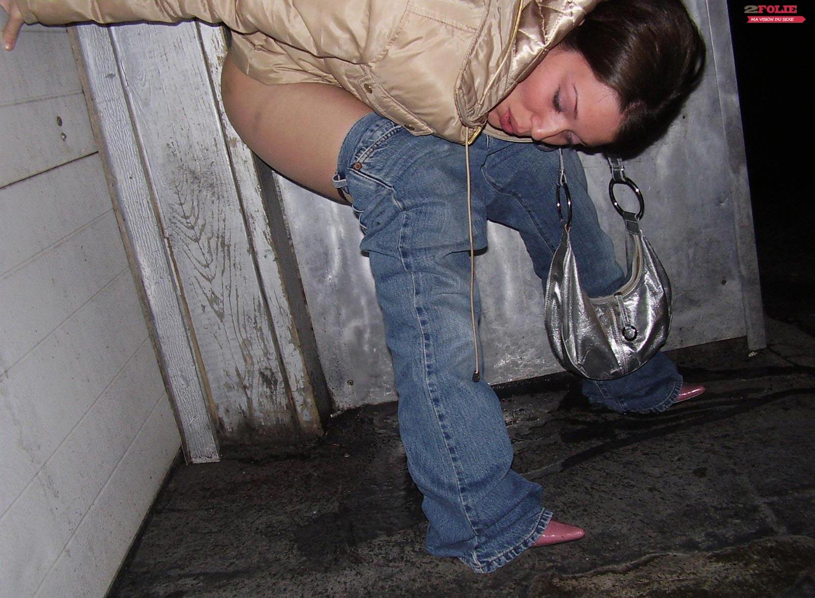 femme entrain de pisser la factrice est une salope