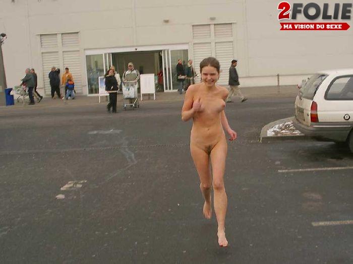 Marcher nue en public