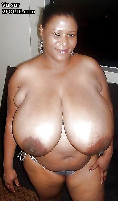 Femme black aux boobs gigantesques Seins Gros