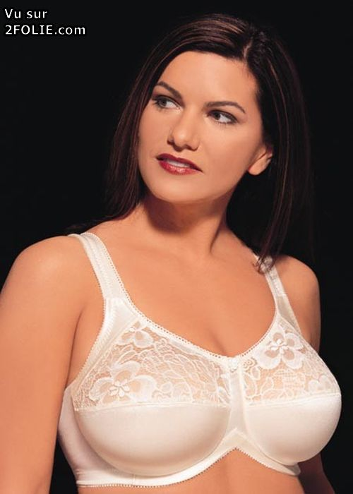 Exhib au bureau ses gros seins nus - Video sur BonPorncom