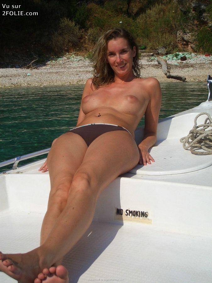 Filles sexy et bandantes nues sur un bateau - 4plaisircom