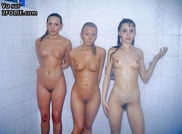 Les hommes dans la douche nue