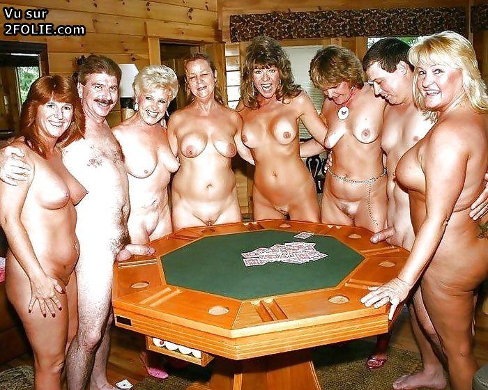 Amatrices naturistes totalement nues en vacances