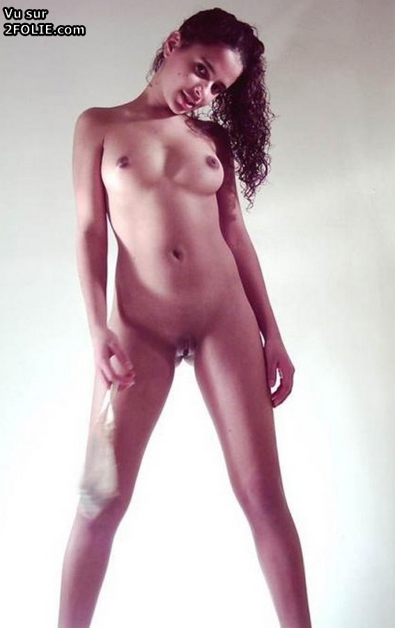 Jeune et jolie beurette pose nue - 2folie.com