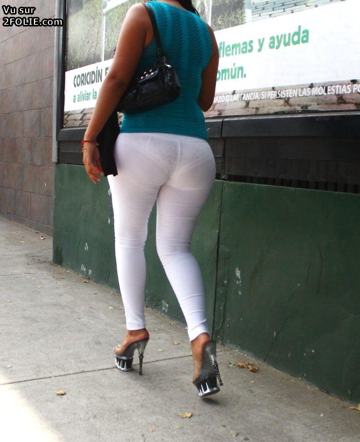 las mujeres en pantalones ajustados,, dibujando su