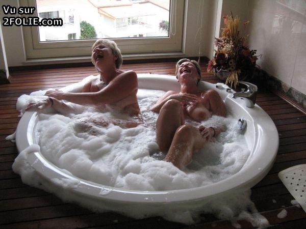 Jeune gouine Sudoise dans un sauna - video lesbienne