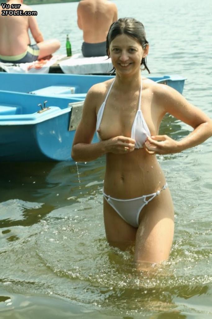 Micro bikini aux gros seins