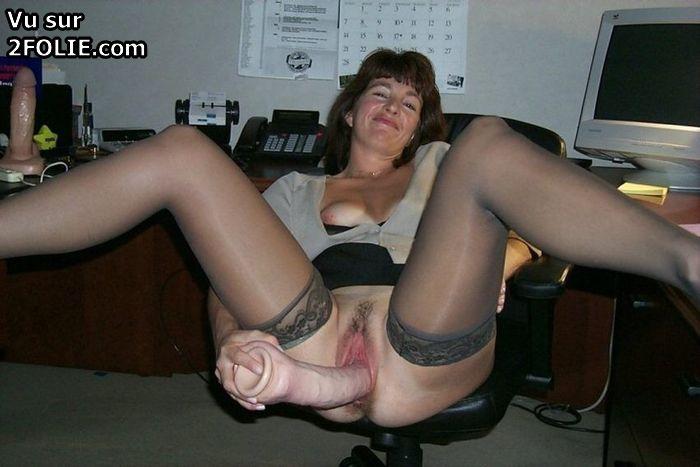 Femme mature enfile une norme bite de cheval dans son vagin