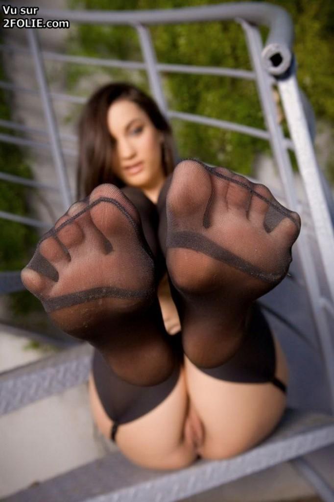 Jolis pieds dans du collants sexy sur 2Folie