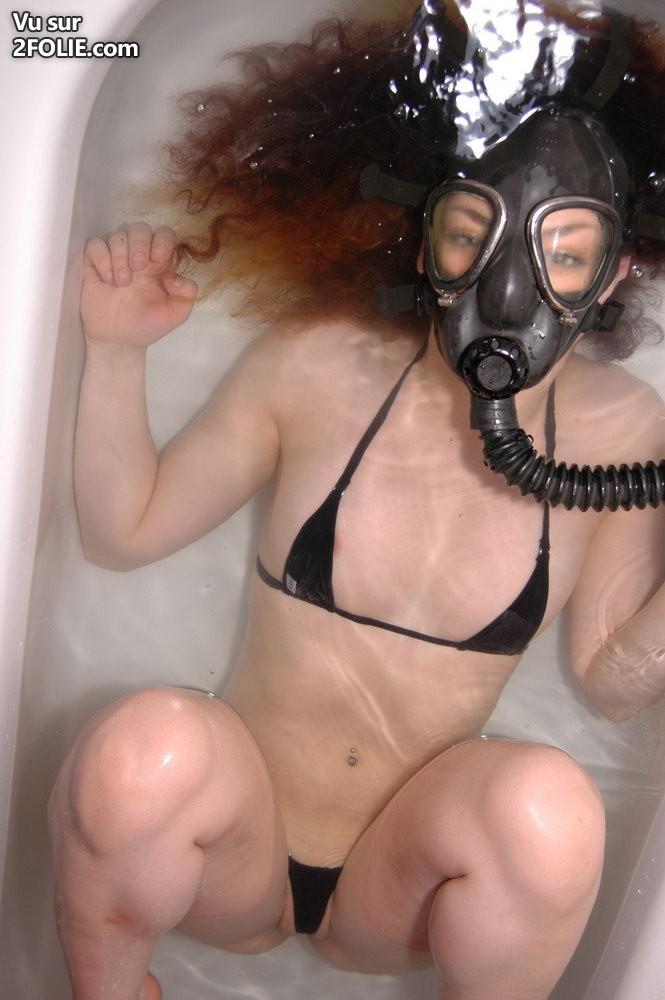 Masque gaz femme nue fetish art et cuir bottes noir et blanc