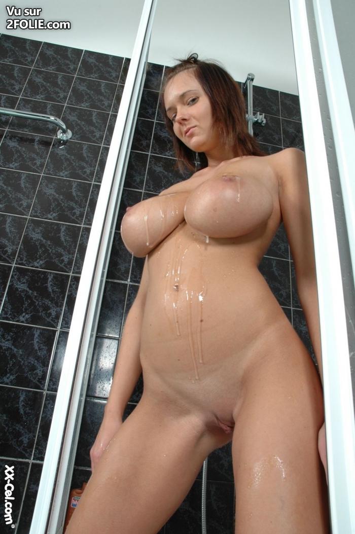 fille sexy gros seins nue elle se gode en public
