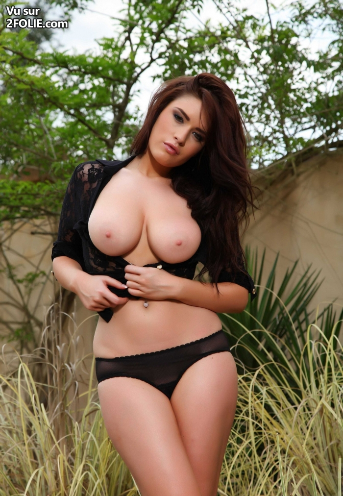 Kelly Kay en lingerie rose - Femmes pulpeuses aux gros seins