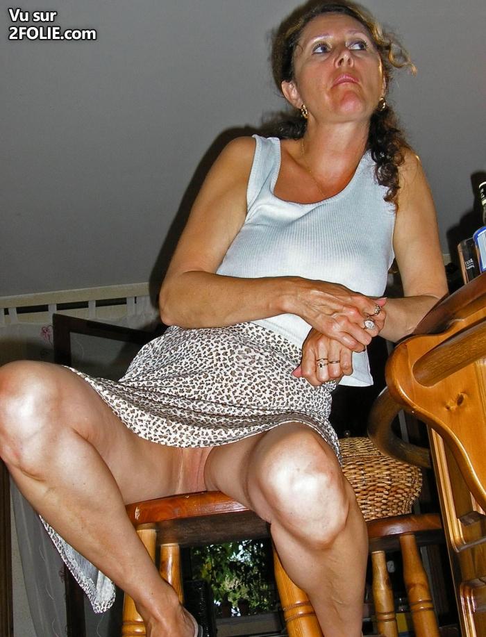 Sous la jupe femme mature