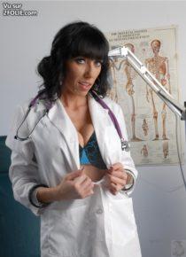 Alia-la-gynécologue-se-fait-du-bien-sur-son-fauteuil-médical-2016102-3.jpg