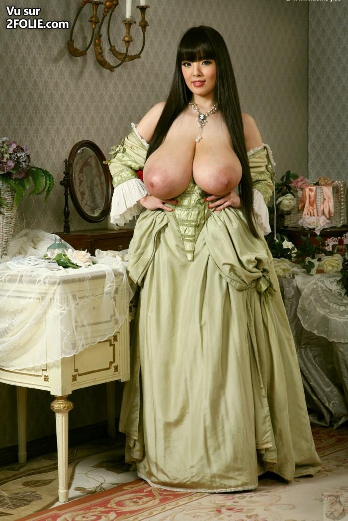 Asiatique avec d'énormes seins