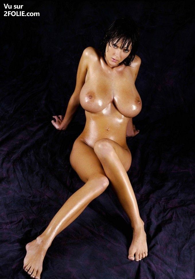 Lesbienne brune aux gros seins
