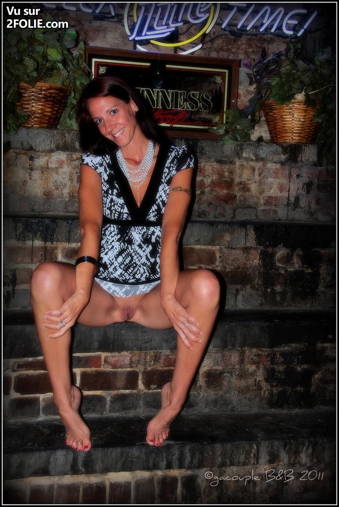 Filles sans culotte sous la jupe
