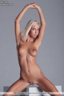 Jolie-blonde-ultra-sexy-avec-des-seins-superbe--201712-5.jpg