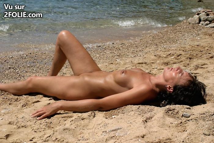 femme nue sur la plage mature velue