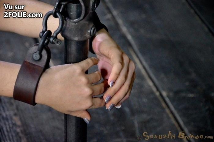 Captive attachée se fait bander les yeux avant de baiser