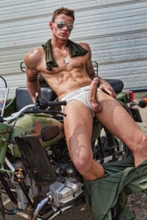 Mec-sexy-moto-militaire-grosse-queue-2017428-2.jpg